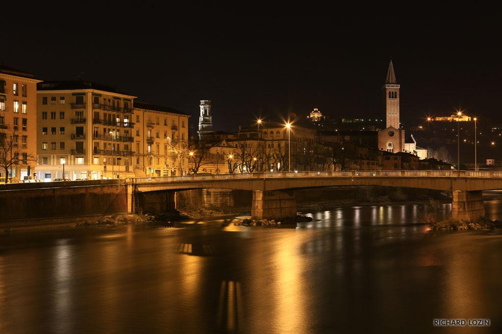 Ночная верона вдоль реки адидже verona di